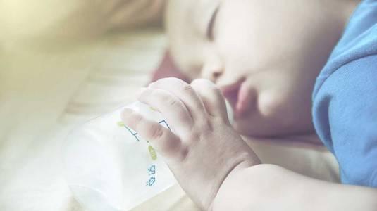 Cara Merawat Gigi si Kecil yang Minum dari Botol