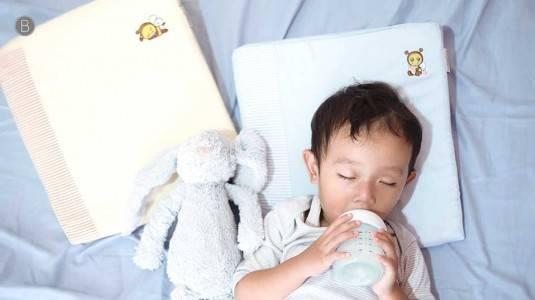 Cara Mencegah Si Kecil Muntah ketika Minum Susu!