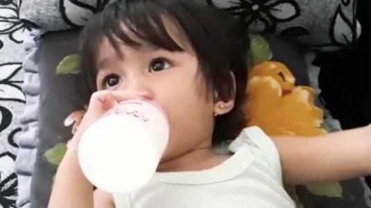 Bagaimana Menyiasati si Kecil yang Menolak Makan dan Hanya Mau Minum Susu?