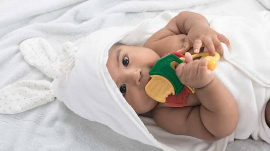 Stimulasi Bayi 1 Bulan dengan 5 Jenis Mainan Ini