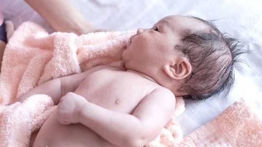 Mengapa Bayi Saya Banyak Biang Keringat?