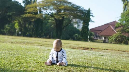 Manfaat Bermain di Rumput dengan Baby