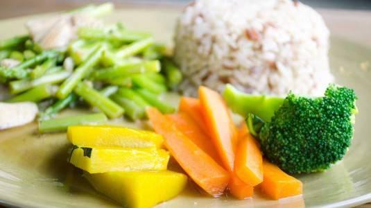 Benarkah Gizi Sayuran yang Dikukus Lebih Tinggi dibanding Direbus?