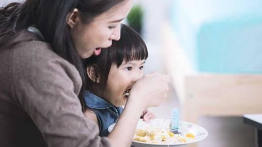 Cara Menolak Si Kecil Makan di Pangkuan Moms