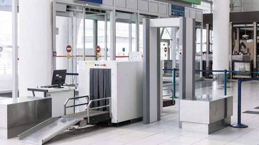 Amankah Berjalan Melalui Metal Detector Bandara saat Hamil?