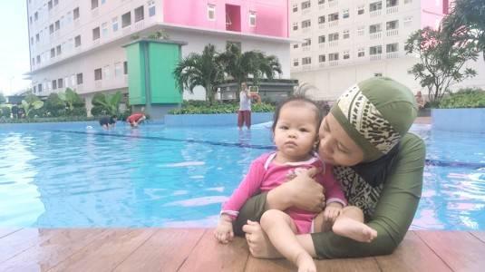 Kapan Bayi Boleh Diajak Berenang di Kolam Umum?