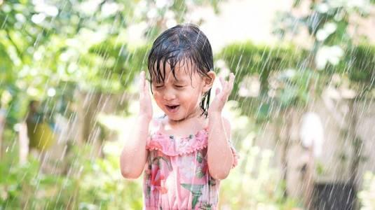 Bolehkah si Kecil Main Hujan? Adakah Manfaatnya?