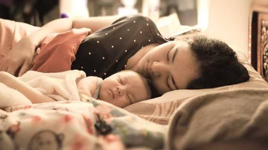 Mana yang Terbaik: Sekasur dengan Bayi, atau Tidur Pisah dengan Baby Box?