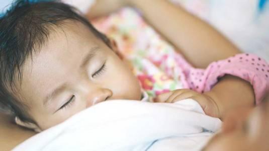 Moms, Jangan Biasakan Menyusui si Kecil Hingga Tertidur