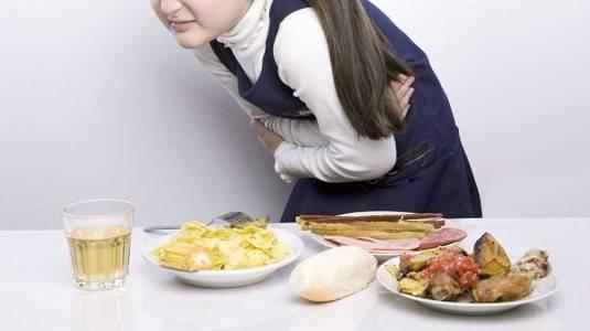 Gejala Keracunan Makanan dan Pertolongan Pertama Mengatasinya