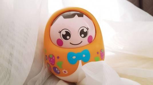 Menstimulasi Bayi Merangkak dengan Hola Tumbler Doll