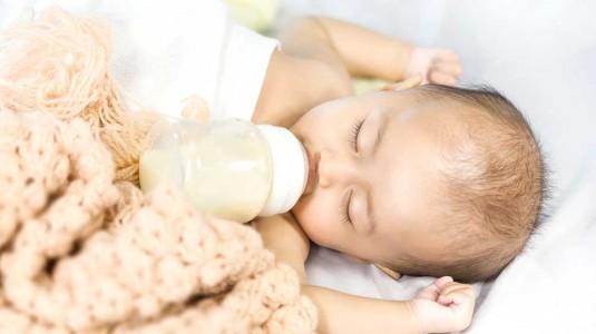 Apa Benar Botol Susu Dapat Mengatasi Kolik pada Bayi?