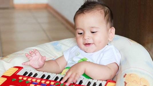 5 Hal yang Harus Ada pada Mainan Bayi Usia 0-6 Bulan