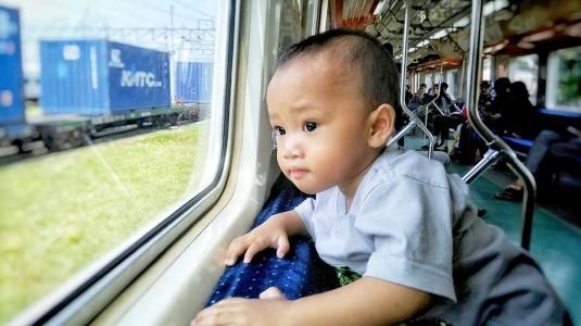 Tips agar Anak Tidak Menangis Saat di Transportasi Umum
