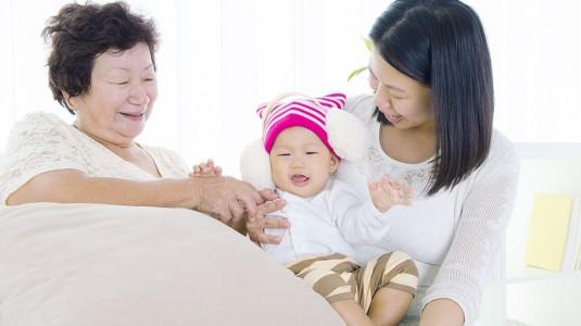 Mengatasi Perbedaan Pola Asuh: Moms vs Mertua