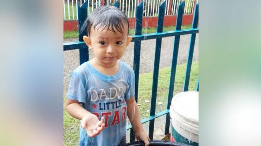 Manfaat Mandi Air Hujan Untuk si Kecil