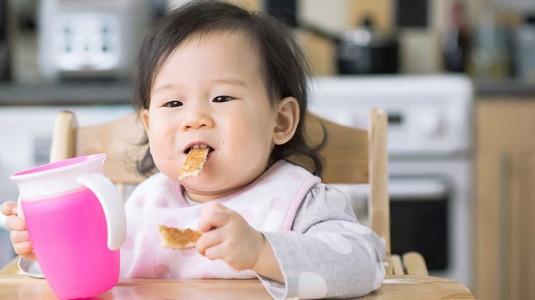 12 Cara Menstimulasi Indra Pengecap si Kecil