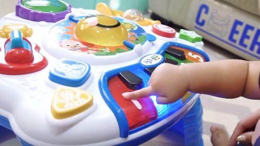 Yuk Kembangkan Sensor Motorik Bayi Dengan Mengajaknya Bermain!