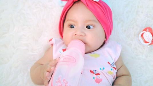 Bayi Tidur Nyenyak Menggunakan Botol Susu Anti Kolik