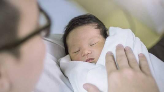 Jangan Biasakan Bayi Tidur Digendong
