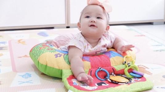 Tummy Time Seru & Menyenangkan Dengan Playgro Elephant Hugs Activity Pillow