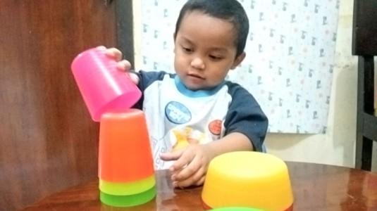 Memanfaatkan Gelas dan Mangkuk Warna Warni untuk Belajar