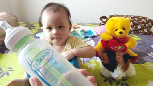 Empat Manfaat Penting Minum Susu Pakai Botol Anti Kolik