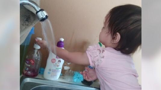 Hand Sanitizer Atau Baby Wipes, Moms Pilih Mana?