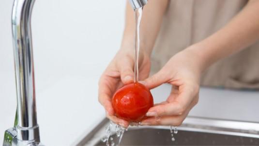 Perlukah Membersihkan Bahan Makanan Si Kecil dengan Pembersih Sebelum Diolah?