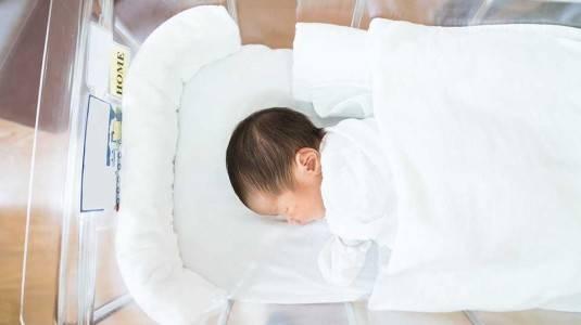 Jangan Lakukan Ini Saat Menjenguk Bayi Baru Lahir!