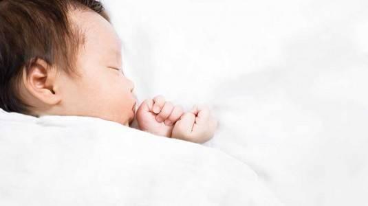 Kenapa Bayi Tidak Perlu Memakai Bantal Ketika Tidur?