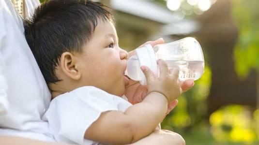 Air Putih Untuk Bayi, Perlukah?