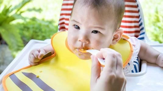 5 Tanda Bayi Siap Makan