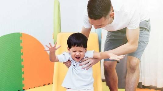 Bahayakah Si Kecil Sangat Enerjik Tetapi Jarang Berbicara?