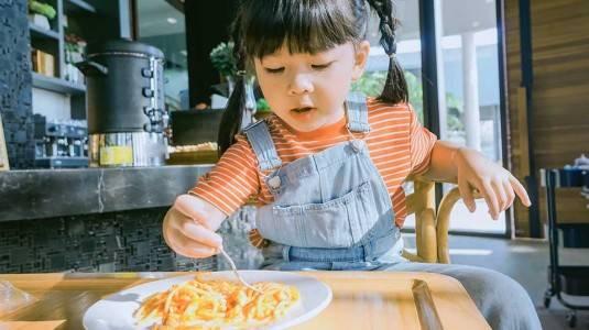 Tips Mengajak Anak Makan di Restoran Agar Tidak Rewel