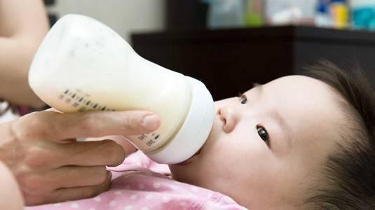 Mengapa Bayi Sering Muntah Setelah Minum Susu?