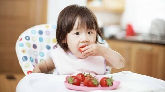 Manfaat & Tips Memberikan Finger Food pada Bayi