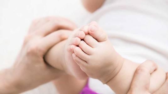 Apakah Benar Bayi Bisa Bau Kaki?