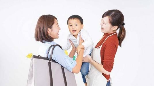 Moms Harus Dinas di Luar Kota, Bagaimana dengan Pengasuhan si Kecil?