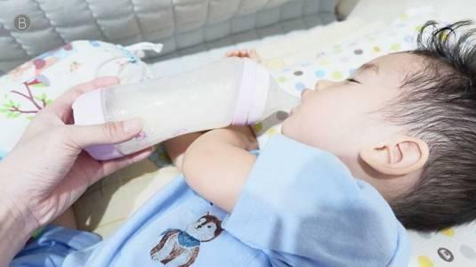 Benarkah Minum Susu dari Botol Sebabkan Infeksi Telinga?
