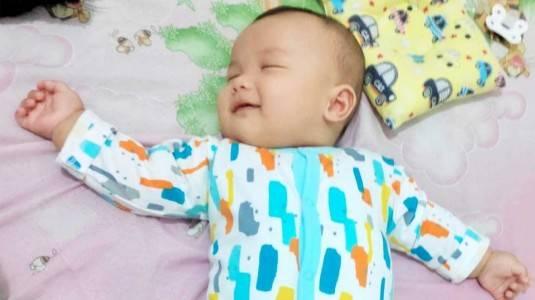 Mengapa Bayi Tersenyum Saat Tidur?
