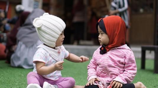 Melatih si Kecil Berinteraksi Sosial Sejak Dini