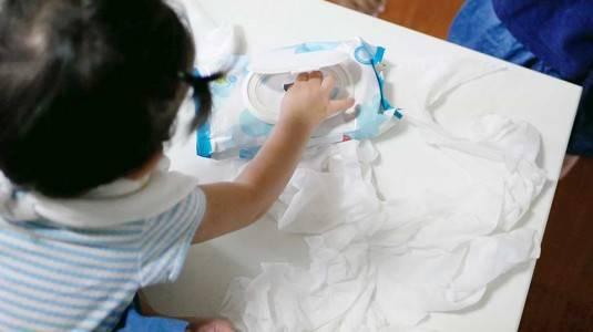 Si Kecil Suka Merobek Tissue atau Kertas? Jangan Dilarang Moms!