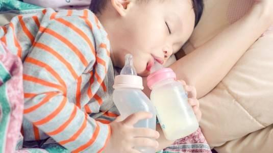 Efek Minum Susu Pakai Dot pada Gigi Anak