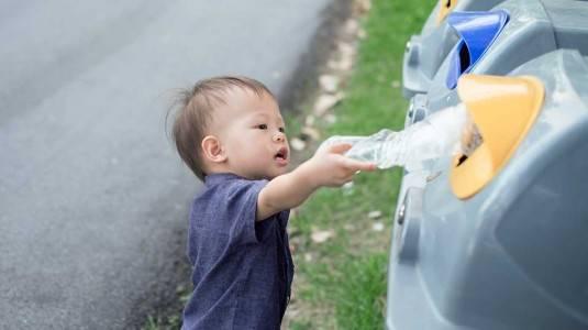 Mengajarkan Membuang Sampah Pada Tempatnya Sejak Dini
