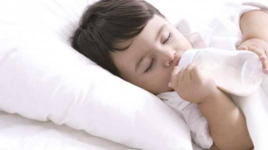 Perbedaan Botol Susu Anti Kolik dan Botol Susu Biasa