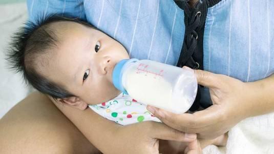 Yuk Moms, Cek Perbedaan Botol Susu Biasa dan Anti Kolik