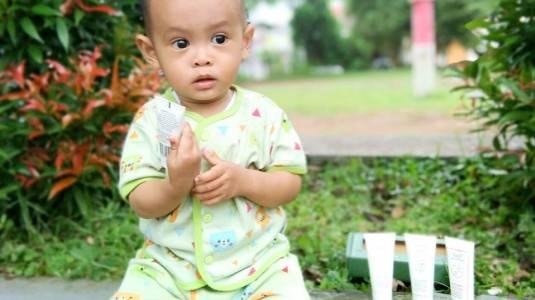 Atasi Kulit Sensitif si Kecil dengan Naif Baby Care