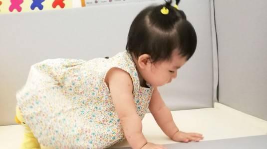Manfaat Merangkak & Cara Membantu Bayi Merangkak dengan Baik