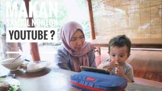 Makan sambil Nonton YouTube? Bolehkah?